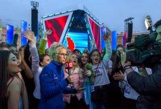 Korespondent daje wywiadowi przy koncertem fotografia stock