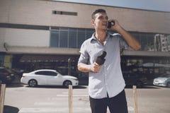 Korespondent opowiada na telefonie na ulicie obraz royalty free