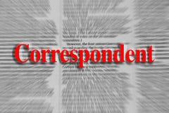 Korespondent pisać w czerwieni z artykuł w gazecie zamazującym obraz royalty free