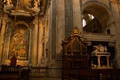 Koret, organrören och D Maria I gravvalv i den Estrela basilikan i Lissabon, Portugal Royaltyfri Bild