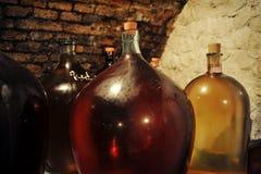 Korfflessen in wijnkelder Stock Fotografie