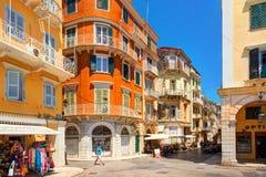 KORFU Ö, GREKLAND, JUNI, 06, 2014: Arkitektur för byggnader för hus Kerkyra i stadens centrum för klassisk grek gammal av den Gre Royaltyfri Fotografi