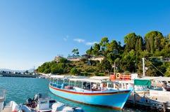 22 Korfu-AUGUSTUS: Chalikiopouloulagune met het klooster van Pontikonisi en Vlacheraina-op 22,2014 Augustus van de heuveltop van  Stock Fotografie