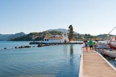 22 Korfu-AUGUSTUS: Chalikiopouloulagune met Vlacheraina-klooster op 22,2014 Augustus op het Eiland Korfu in Griekenland Stock Foto's