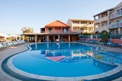 26 Korfu-AUGUSTUS: De buitenkant van een hotel bij Sidary-de toevlucht is gekend voor zijn inhammen van het Kanaal D'Amou op 26,2 Royalty-vrije Stock Afbeeldingen