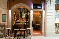 25 Korfu-AUGUSTUS: De jonge mensen hebben dranken in lokale restaurants op 25 Augustus, 2014 op het eiland van Korfu, Griekenland Stock Afbeeldingen