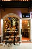 25 Korfu-AUGUSTUS: De jonge mensen hebben dranken in lokale restaurants op 25 Augustus, 2014 op Korfu, Griekenland Royalty-vrije Stock Afbeeldingen