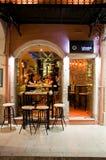 25 Korfu-AUGUSTUS: De jonge mensen hebben dranken in lokale restaurants op 25 Augustus, 2014 op Korfu, Griekenland Stock Foto's
