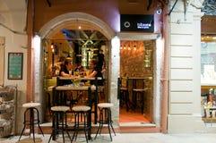 25 Korfu-AUGUSTUS: De jonge mensen hebben dranken in lokale restaurants op 25 Augustus, 2014 op Korfu, Griekenland Royalty-vrije Stock Afbeelding