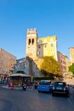 27 Korfu-AUGUSTUS: De straat van de Kerkyraschaduw in de oude stad tijdens de middag op 27 Augustus, 2014 op het eiland van Korfu Stock Foto