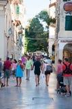 27 Korfu-AUGUSTUS: De straat van de Kerkyraschaduw in de oude stad, toeristen gaat winkelend op 27 Augustus, 2014 op het eiland v Royalty-vrije Stock Afbeelding