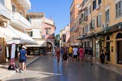 24 Korfu-AUGUSTUS: De toeristen gaan winkelend op het eiland van Korfu op 24,2014 Augustus in Kerkyra-stad, Griekenland Stock Afbeelding