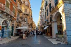 24 Korfu-AUGUSTUS: De toeristen gaan winkelend op het eiland van Korfu op 24,2014 Augustus in Kerkyra-stad Korfu is een Grieks ei Royalty-vrije Stock Afbeeldingen