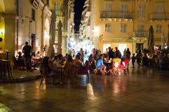 25 Korfu-AUGUSTUS: De toeristen hebben diner in een lokaal restaurant bij nacht op 25 Augustus, 2014 in Kerkyra-stad op het eilan Royalty-vrije Stock Afbeelding