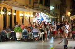 25 Korfu-AUGUSTUS: De toeristen hebben diner in een lokaal restaurant op 25 Augustus, 2014 in Kerkyra-stad Korfu, Griekenland Stock Foto's