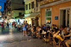 25 Korfu-AUGUSTUS: De toeristen hebben diner in een lokaal restaurant op 25 Augustus, 2014 in Kerkyra-stad op het eiland van Korf Stock Afbeeldingen