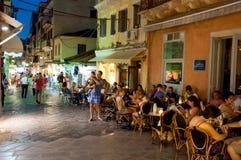 25 Korfu-AUGUSTUS: De toeristen hebben diner in een lokaal restaurant op 25 Augustus, 2014 in Kerkyra-stad op het eiland van Korf Royalty-vrije Stock Foto's
