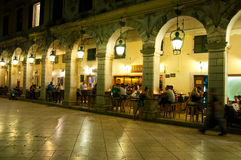 22 Korfu-AUGUSTUS: Detail van Liston van Korfu bij nacht in Kerkyra-stad met de rij van lokale restaurants op Korfu, Griekenland Royalty-vrije Stock Afbeeldingen