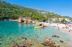 26 Korfu-AUGUSTUS: Het beroemde Palaiokastritsa-strand, mensen zonnebaadt op het strand op 26,2014 Augustus op Korfu, Griekenland Royalty-vrije Stock Fotografie