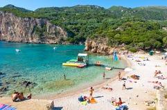 26 Korfu-AUGUSTUS: Het Palaiokastritsastrand, mensen zonnebaadt op het strand op 26,2014 Augustus op het Eiland Korfu, Griekenlan Stock Foto