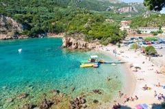 26 Korfu-AUGUSTUS: Het Palaiokastritsastrand, toeristen zonnebaadt op het strand op 26,2014 Augustus Korfu, Griekenland Royalty-vrije Stock Afbeeldingen