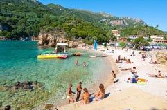 26 Korfu-AUGUSTUS: Het Palaiokastritsastrand, toeristen zonnebaadt op het strand op 26,2014 Augustus op het Eiland Korfu, Grieken Stock Foto's
