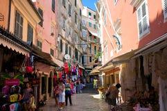 24 Korfu-AUGUSTUS: Het winkelen straat op het eiland van Korfu op 24,2014 Augustus in Kerkyra-stad, Griekenland Royalty-vrije Stock Foto's