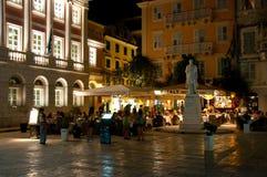 25 Korfu-AUGUSTUS: Kerkyranachtleven, veel mensen in een restaurant op 25 Augustus, 2014 in Kerkyra-stad op het eiland van Korfu, Stock Foto