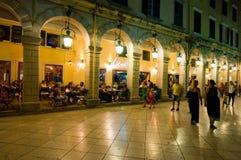 22 Korfu-AUGUSTUS: Liston van Korfu bij nacht in Kerkyra-stad met de rij van lokale restaurants en menigte van mensen Stock Afbeeldingen
