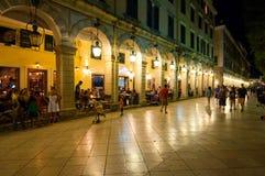 22 Korfu-AUGUSTUS: Liston van Korfu bij nacht in Kerkyra-stad met de rij van lokale restaurants op 22 Augustus, 2014 op Korfu Royalty-vrije Stock Afbeeldingen