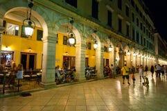 22 Korfu-AUGUSTUS: Liston van Korfu bij nacht in Kerkyra-stad met de rij van lokale restaurants op 22 Augustus, 2014 op Korfu, Gr Stock Foto