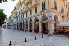 22 Korfu-AUGUSTUS: Liston van Korfu in Kerkyra-stad met de rij van lokale restaurants op 22 Augustus, 2014 op het eiland van Korf Stock Afbeeldingen