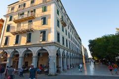 27 Korfu-AUGUSTUS: Liston van Korfu in Kerkyra-stad met de rij van lokale restaurants op 27 Augustus, 2014 op het eiland van Korf Stock Afbeeldingen