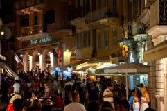 25 Korfu-AUGUSTUS: Menigte van mensen op Kerkyra-straat bij nacht op 25 Augustus, 2014 in Kerkyra-stad op het eiland van Korfu, G Stock Foto's
