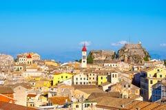 22 Korfu-AUGUSTUS: Mening van de oude stad van Korfu met de Kerk van Heilige Spyridon en de Oude Vesting van de Nieuwe Vesting op Stock Afbeelding