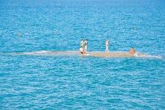 26 Korfu-AUGUSTUS: Mensen sunbath op een eiland naast het zandige Sidary-strand op 26,2014 Augustus op het eiland van Korfu, Grie Royalty-vrije Stock Foto
