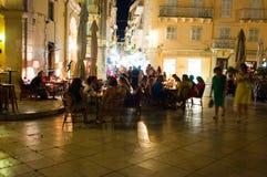 25 Korfu-AUGUSTUS: Nachtleven in Kerkyra-stad, menigte van toeristen rond op 25 Augustus, 2014 op het eiland van Korfu, Griekenla Royalty-vrije Stock Afbeeldingen
