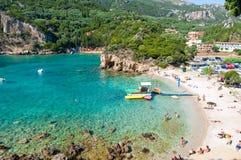 26 Korfu-AUGUSTUS: Palaiokastritsa, mensen zonnebaadt op het strand op 26,2014 Augustus, het eiland van Korfu, Griekenland Stock Afbeelding