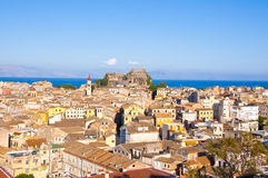 22 Korfu-AUGUSTUS: Panorama van de oude stad van Korfu met de Oude Vesting en de Kerk van Heilige Spyridon in de afstand van Nieu Royalty-vrije Stock Fotografie