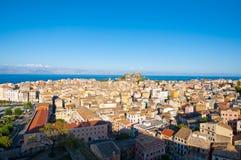 22 Korfu-AUGUSTUS: Panorama van de stad van Korfu en de Albanese kust op de achtergrond gezien de Nieuwe Vesting op 22 Augustus,  Royalty-vrije Stock Foto