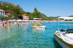 26 Korfu-AUGUSTUS: Sandy Palaiokastritsa-strand op 26,2014 Augustus op het Eiland Korfu, Griekenland Stock Fotografie