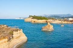 26 Korfu-AUGUSTUS: Sidarylandschap met de zachte rotserosie op 26,2014 Augustus op het eiland van Korfu, Griekenland Royalty-vrije Stock Foto's