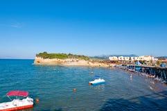 26 Korfu-AUGUSTUS: Sidarystrand, mensen sunbath op de zandige kust op 26,2014 Augustus op het eiland van Korfu, Griekenland Royalty-vrije Stock Fotografie