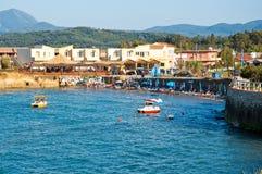 26 Korfu-AUGUSTUS: Sidarytoevlucht, mensen sunbath op het zandige strand op 26,2014 Augustus op het eiland van Korfu, Griekenland Royalty-vrije Stock Fotografie