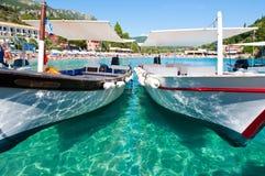 26 Korfu-AUGUSTUS: Toeristische boten op het water op 26,2014 Augustus op het Palaiokastritsa-strand Het eiland van Korfu, Grieke Stock Afbeeldingen