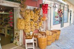 22 Korfu-AUGUSTUS: Traditionele Griekse die goederen voor verkoop op het eiland van Korfu op 22 Augustus, 2014 in Kerkyra, Grieke Stock Fotografie