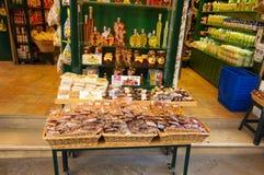 22 Korfu-AUGUSTUS: Traditionele Griekse die goederen voor verkoop op het eiland van Korfu op 22 Augustus, 2014 in Kerkyra, Grieke Stock Foto