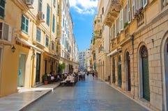 22 Korfu-AUGUSTUS: Venetiaanse architectuur in Kerkyra met de rij van lokale restaurants op 22 Augustus, 2014 op het eiland van K Stock Foto's