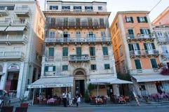 27 Korfu-AUGUSTUS: Venetiaanse Kerkyra-stad met de rij van lokale restaurants op 27 Augustus, 2014 op het eiland van Korfu, Griek Royalty-vrije Stock Afbeelding