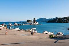 22 Korfu-AUGUSTUS: Vlacherainaklooster en Pontikonisi-Eiland in de afstand op 22,2014 Augustus op het Eiland Korfu, Griekenland Stock Foto's